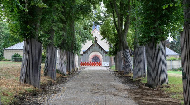 Dank EU-Förderung: Sanierung der Straße zum Friedhof hat begonnen